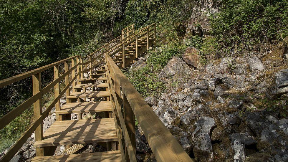 .Una pasarela escalonada de reciente construcción permite llegar sin grandes dificultades a la cascada