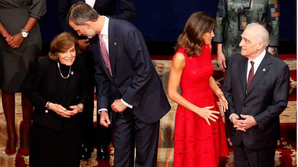 Los reyes posan con los premiados en los Premios Princesa de Asturias.Felipe VI, la reina Letizia y Doña Sofía, a la entrada del teatro Campoamor