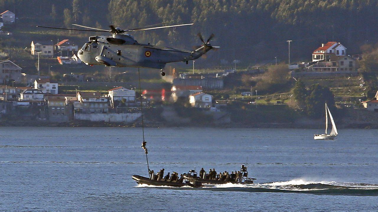 Helicóptero de combate en la playa de Lapamán, Marín