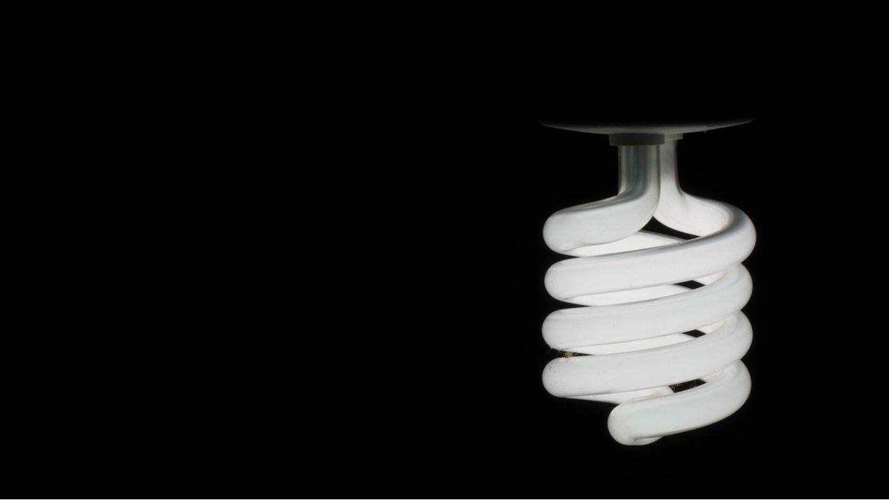 Bombilla fluorescente compacta, comúnmente llamada de «bajo consumo»