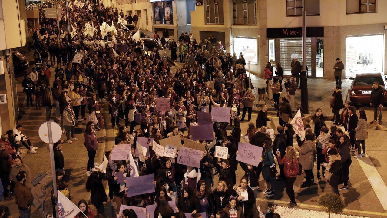 Una multitud reclamó igualdad en Burela.Descendientes de Jesús Penabad con los iconos rusos que han encontrado