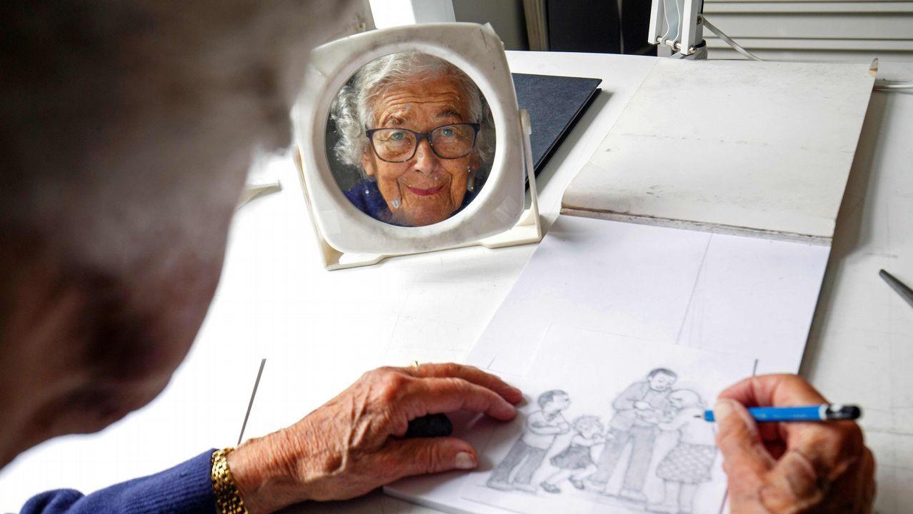 La ilustradora Judith Kerr posa para la cámara en su 95 cumpleaños