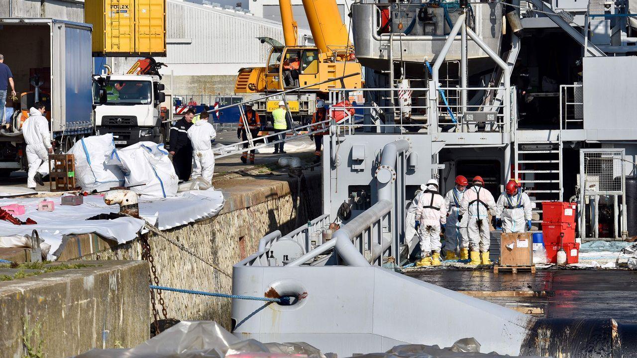 Javier Civieta.Barcos que trabajan en la limpieza de los restos de combustible vertidos por el buque Grande América