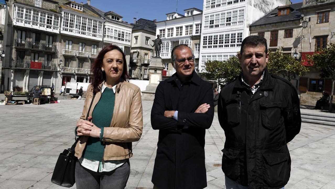 Semana Santa de Viveiro.Turista entrando a un hotel en Vigo