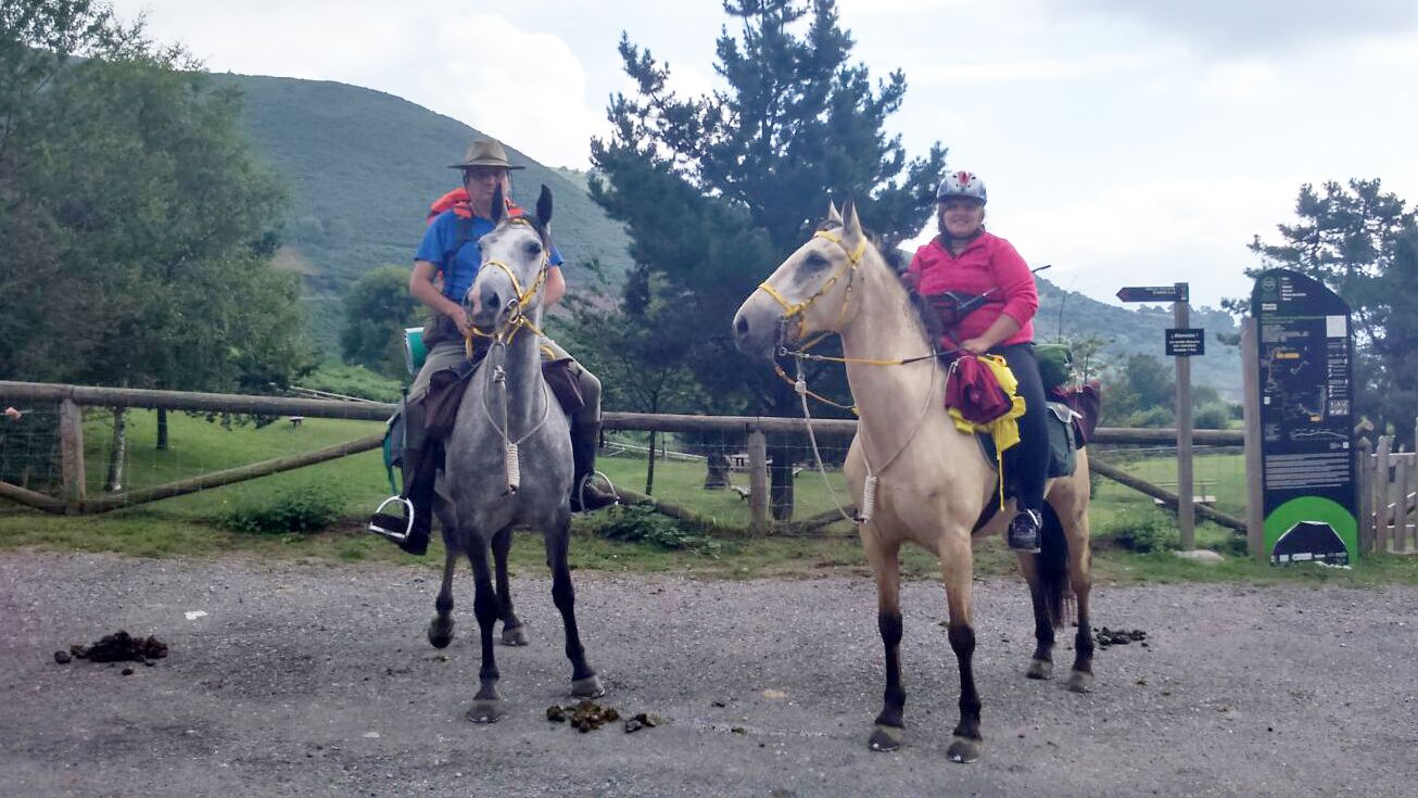 Benjamín y Jennifer Rodríguez, a lomos de sus caballos.