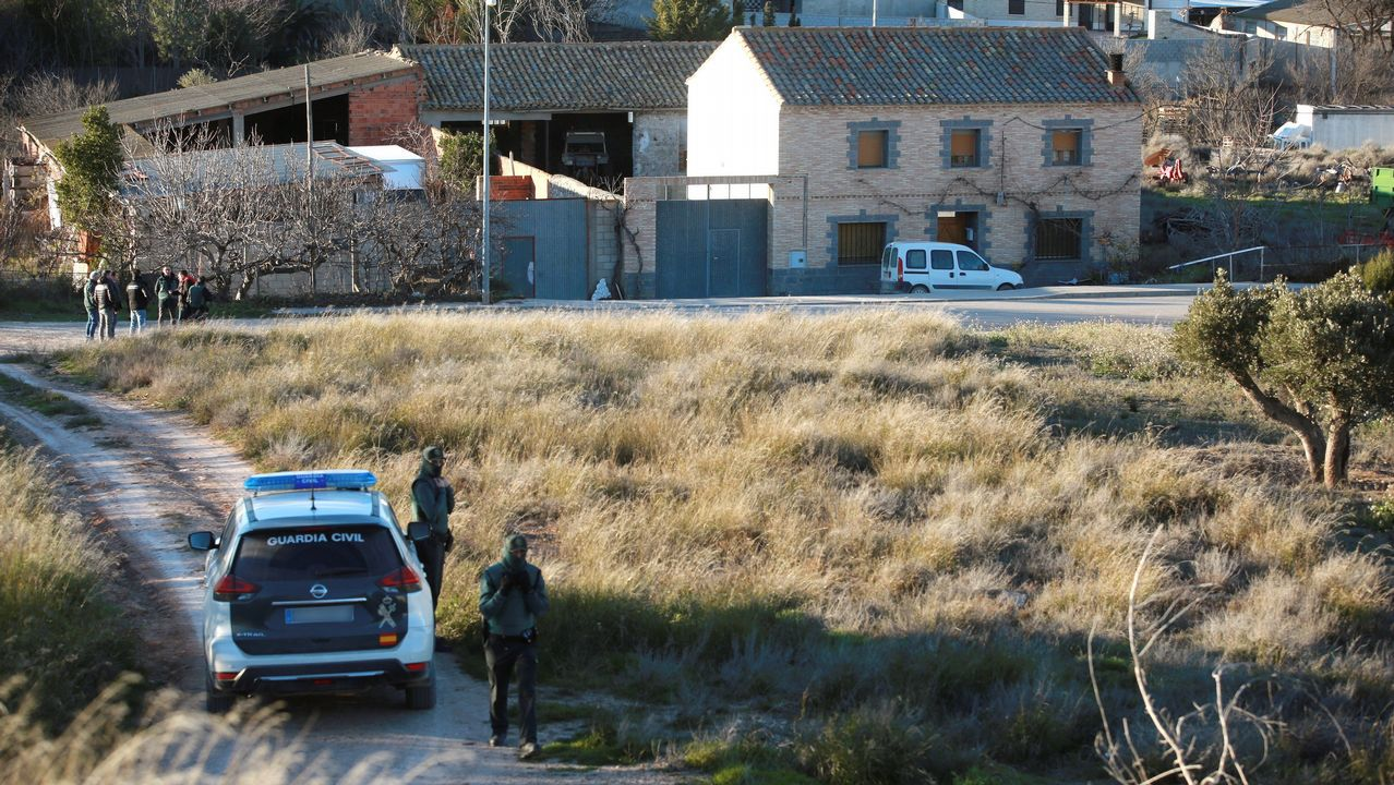 Efectivos de la Guardia Civil en las inmediaciones de la vivienda en Fuentes de Ebro (Zaragoza)