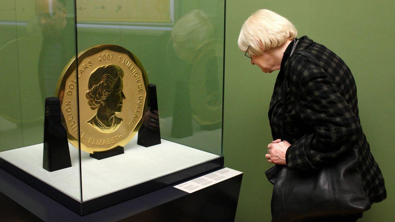 Una mujer observa la conocida como Big Maple Leave, en el Museo Bode de Berlín, en una imagen de archivo
