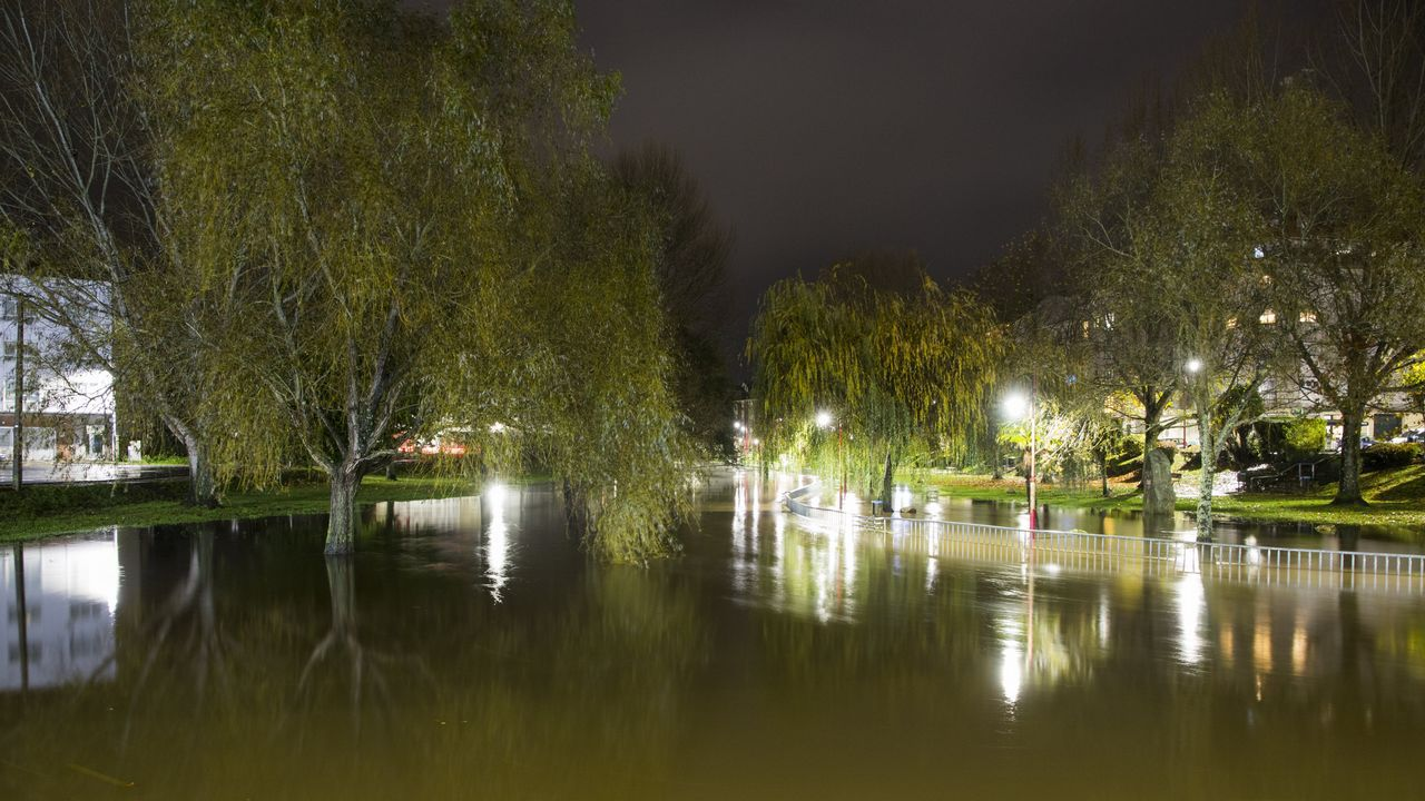 Árboles caídos, fuertes vientos y mucho oleaje entre los efectos de Helena.El río Anllóns se desbordó a su paso por Carballo