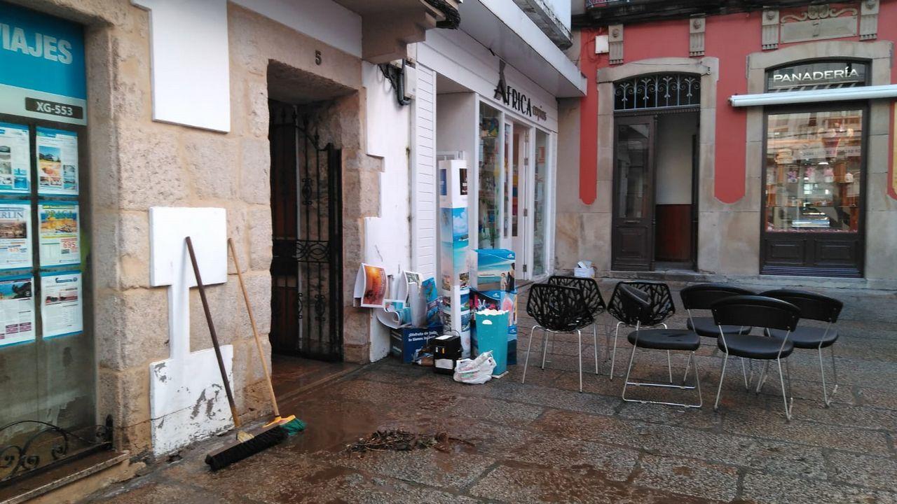 Tareas de limpieza en las calles de Viveiro tras la tromba de agua