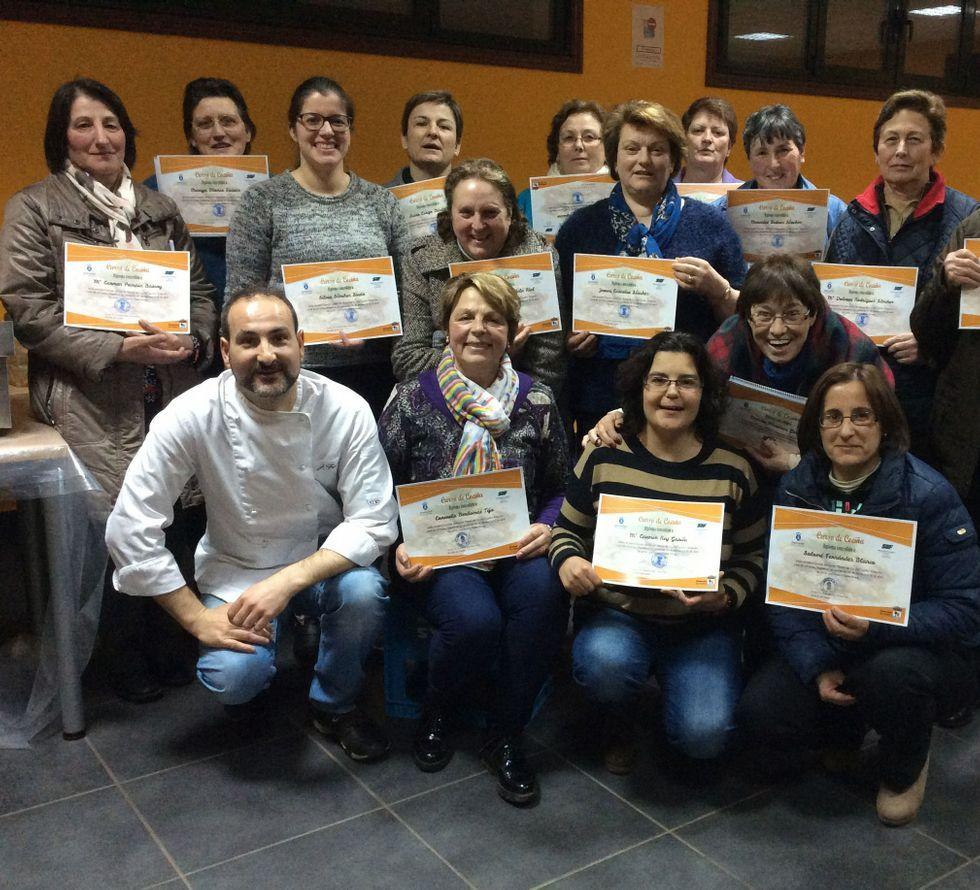 Las alumnas del curso recibieron un diploma.