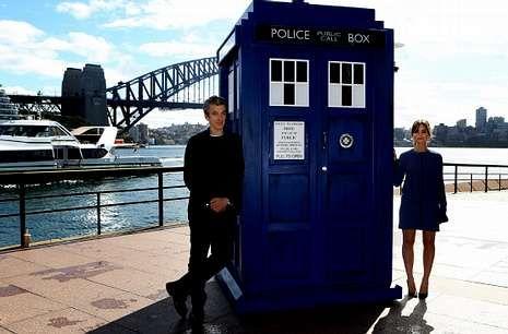 .Peter Capaldi y Jenna Coleman posan con una réplica de la Tardis en Sídney.