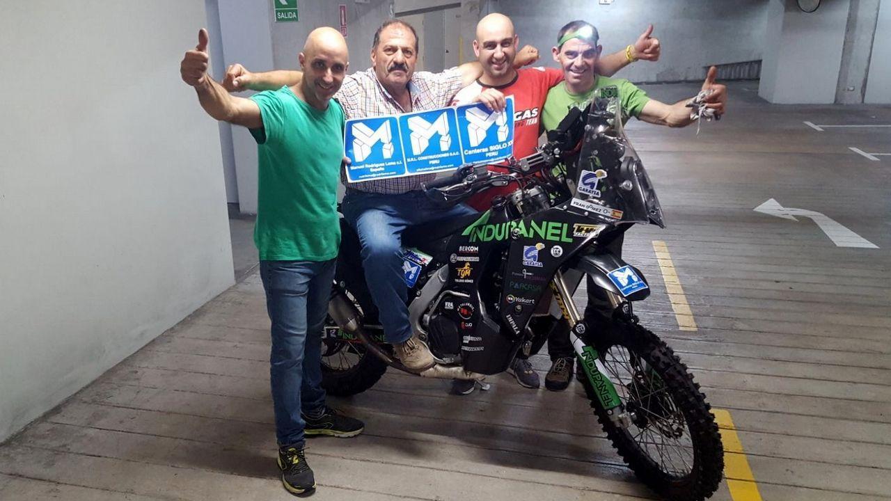 Varios bolivianos tratan de arreglar con Fran los depósitos de la moto.