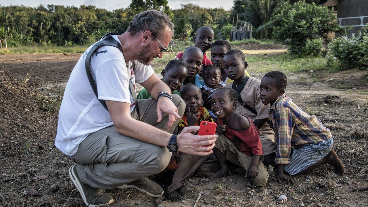Alimentos feos.El asturiano Héctor Álvarez (derecha), con parte del equipo de movilizadores sociales de Médicos del Mundo en Sierra Leona durante una visita a las zonas rurales más alejadas