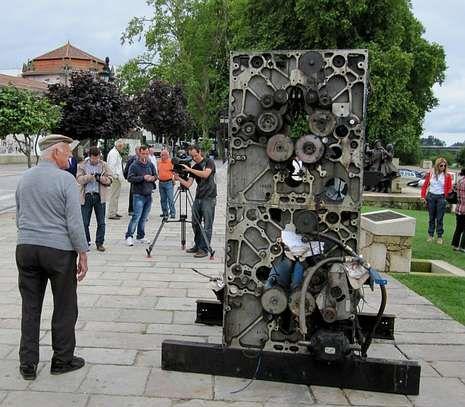 El editor levantó tras el insólito robo, en el 2011, una estatua de denuncia con las piezas que le dejaron.