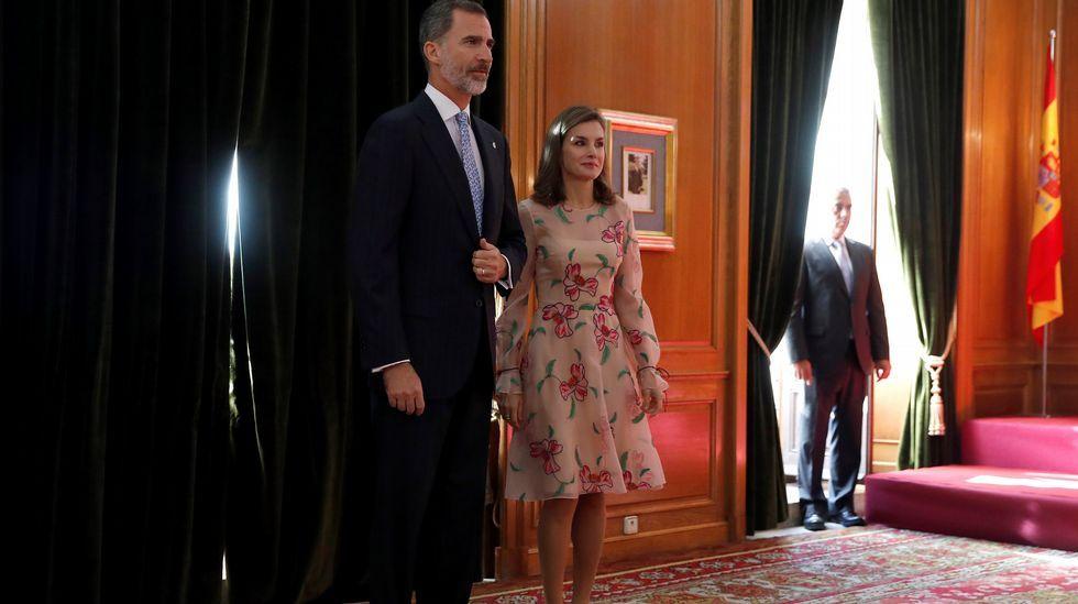 Los Reyes esperan para su audiencia a los ganadores del Premio Nacional de Fin de Carrera, en Oviedo, donde presiden la ceremonia de entrega de los Premios Princesa de Asturias 2017