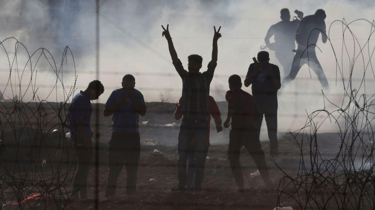 Un grupo de palestinos en la franja  de Gaza, donde el ejército israelí ha lanzado gases lacrimógenos