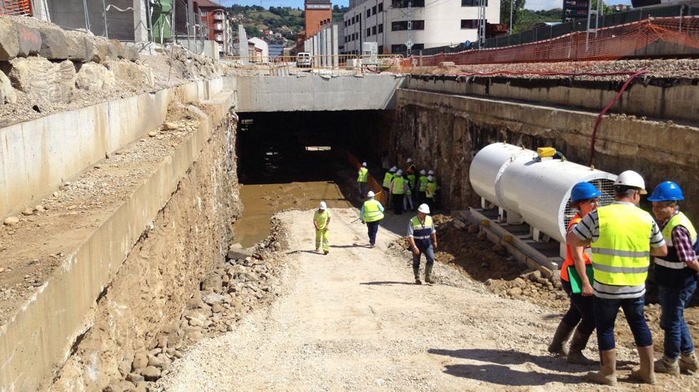 Trabajadores en una de las bocas del túnel del soterramiento de Feve en Langreo.Trabajadores en una de las bocas del túnel del soterramiento de Feve en Langreo