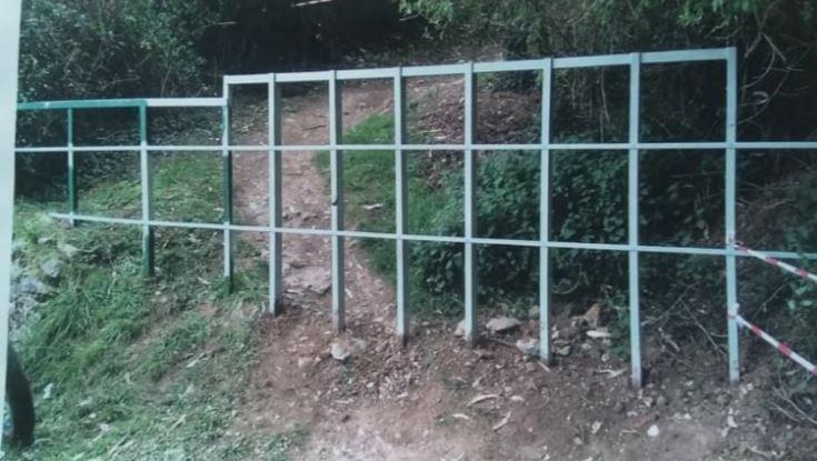 Trampas para ciclistas.La valla colocada en una camino en que baja del Naranco