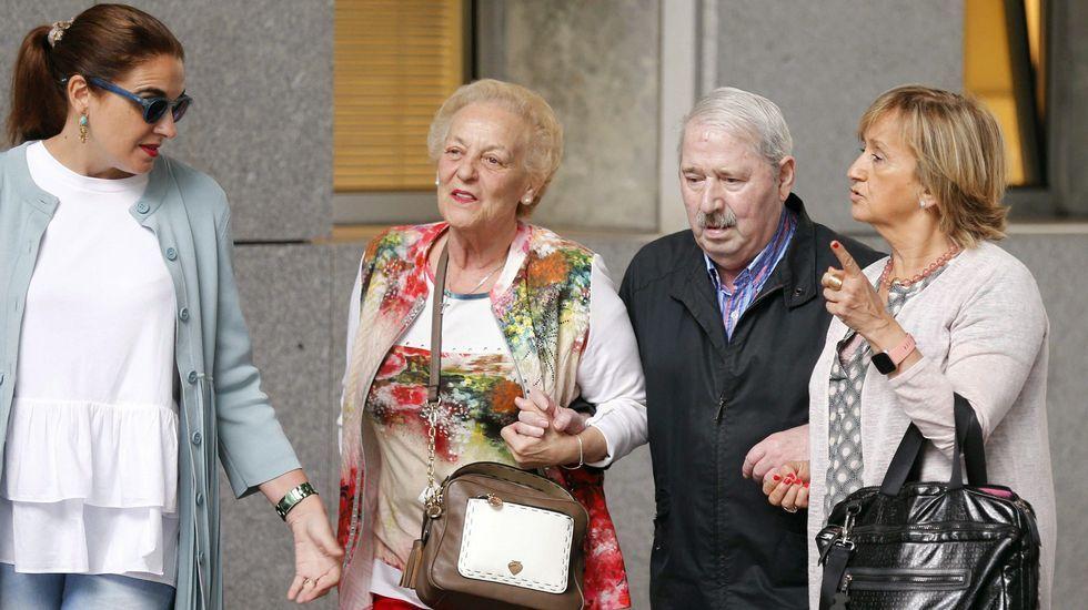 .El ex secretario general del SOMA-UGT José Ángel Fernández Villa (2d) a su llega a la Sección Tercera de la Audiencia Provincial de Oviedo en donde se le juzga por un presunto delito de apropiación indebida de fondos del sindicato, por el que la Fiscalía pide una pena de cinco años de cárcel