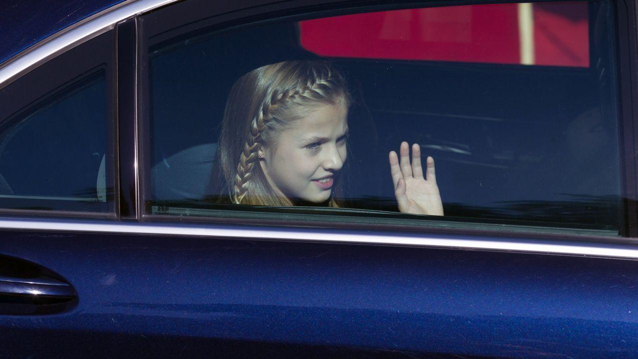 Saludando desde el coche antes de la apertura de la legislatura