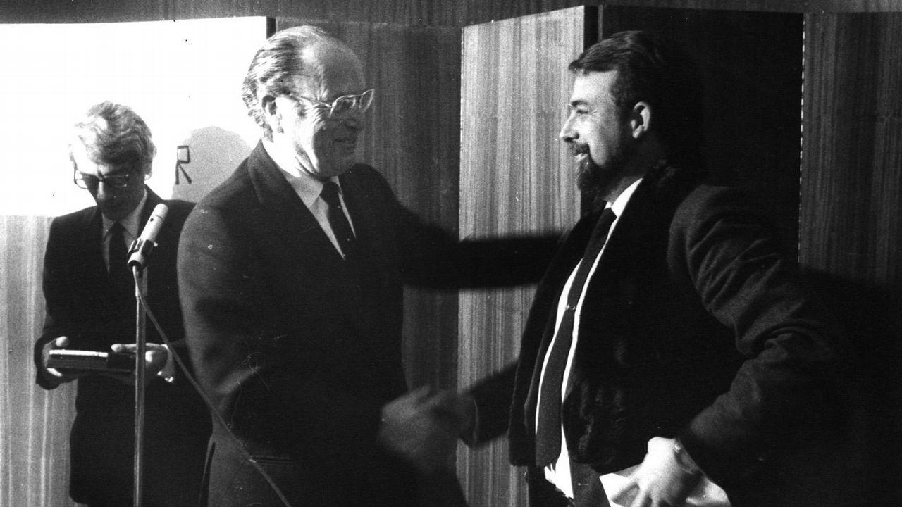 .Fernandez Albor entrega a Alfredo Conde Cid el premio Blanco Amor de Novela en 1984