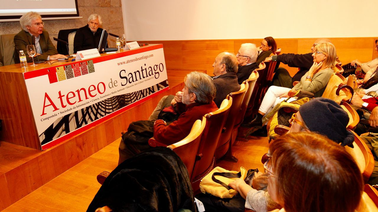 El director Jaime Chávarri, durante su visita a la exposición 'La magia de lo efímero', dedicada a Gil Parrondo