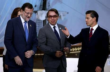 Los líderes mundiales en el Elíseo.Rajoy con el presidente de Televisa, Emilio Azcárraga, y Peña Nieto en el Foro de Comunicación.