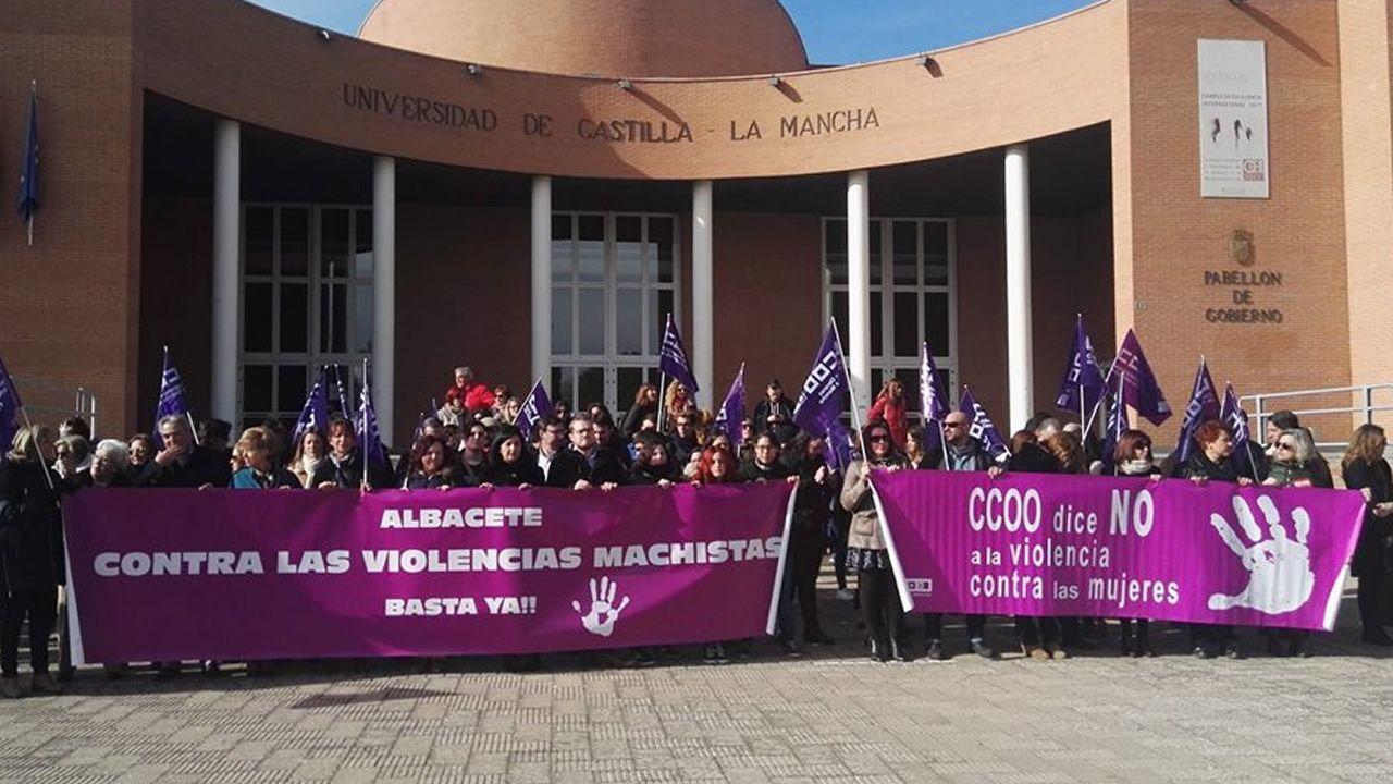 Varios grupos de turistas se sacan fotos con la estatua de Woody Allen, en Oviedo.Concentración en Albacete en repulsa de unas conversaciones de un grupo de universitarios