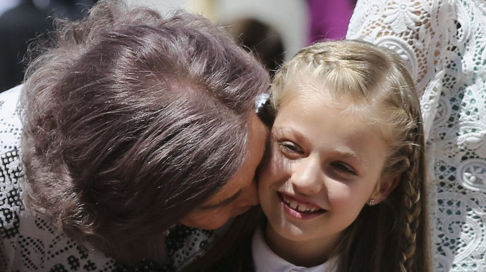 .Cariñoso beso de la reina Sofía a su nieta Leonor.