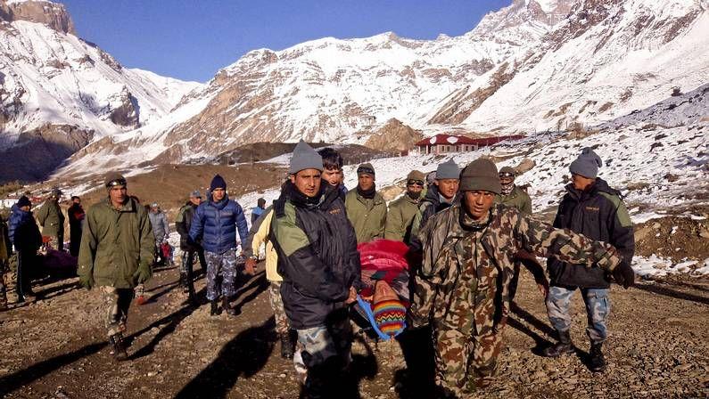 Supervivientes de la tormenta en el Himalaya