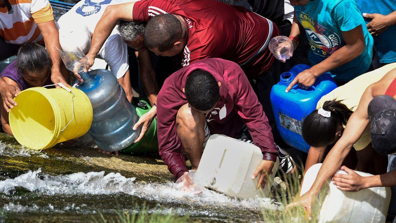 avión air nostrum.Vecinos de Caracas recogen agua del río Guaire ante los problemas de desabastecimiento