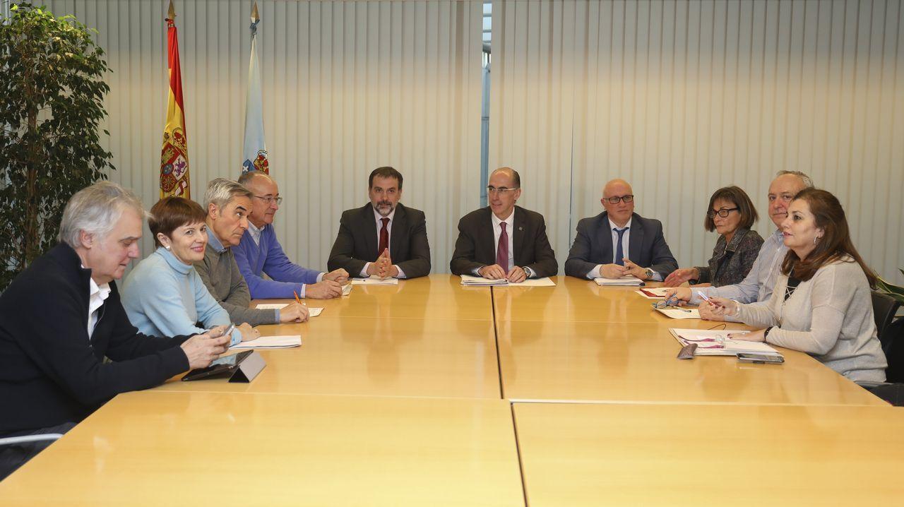 Imagen de enero del conselleiro Vázquez Almuíña en la reunión con los médicos de atención primaria que dimitieron de sus puestos en el área sanitaria de Vigo.