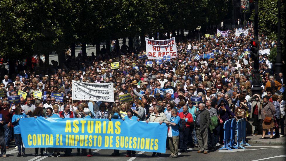 Manifestación contra el impuesto de sucesiones.Susana López Ares e Isidro Martínez Oblanca