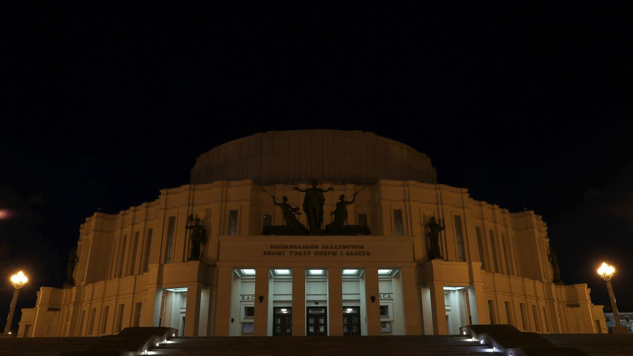 El teatro de la Ópera y del Ballet Bolshoi, en Minsk, con las luces apagadas
