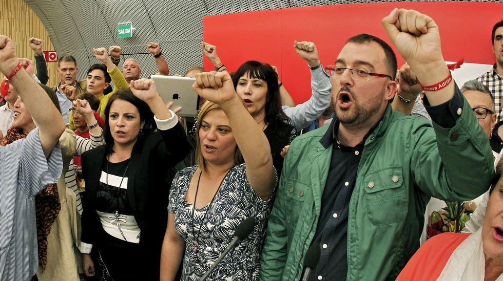 . El alcalde de Laviana, Adrián Barbón (d), tras ser elegido nuevo secretario general de la FSA-PSOE en las elecciones primarias, con Adriana Lastra y Gimena Llamedo