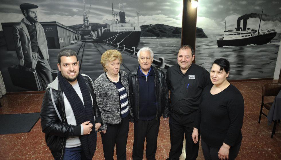 .David, Esther Márquez, Rafaele Ricciardi, Isauro y Magdalena, ante el mural de Mon Devane.