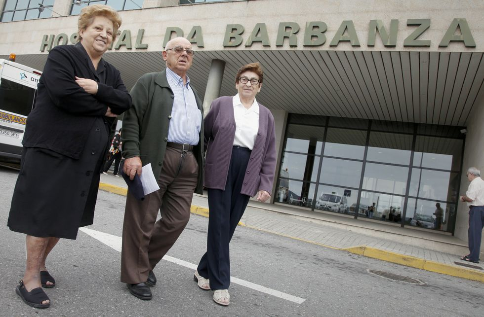 Chequeo al aparcamiento en el hospital de Barbanza.Consuelo Oujo, Ramón Puga y Dolores Blanco, en las puertas del centro sanitario barbanzano.