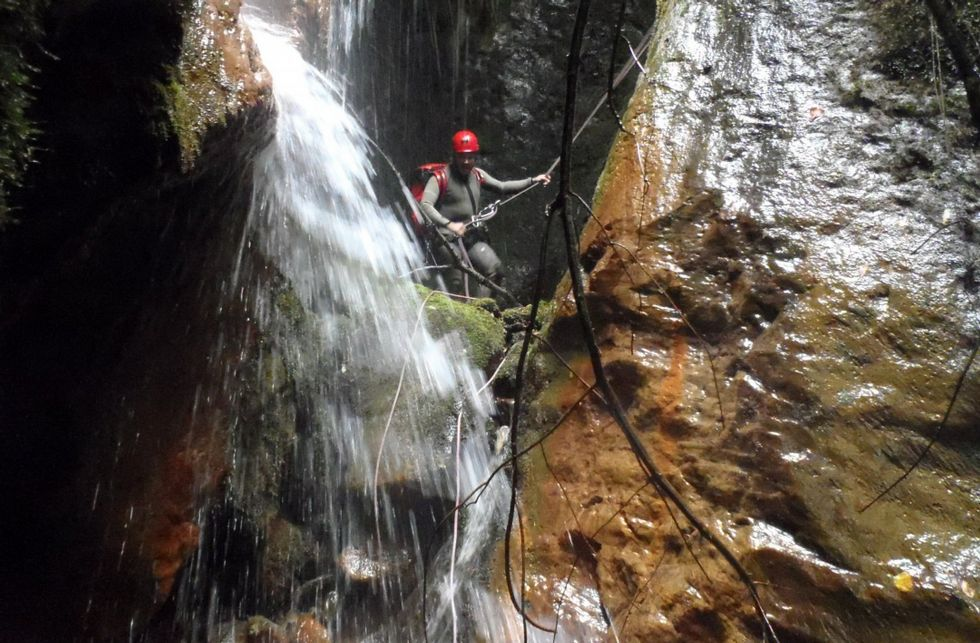 Personal del Grupo de Rescate del SEPA atiende al montañero que se clavó un piolet durante una ruta en Picos de Europa.Personal del Grupo de Rescate del SEPA atiende al montañero que se clavó un piolet durante una ruta en Picos de Europa