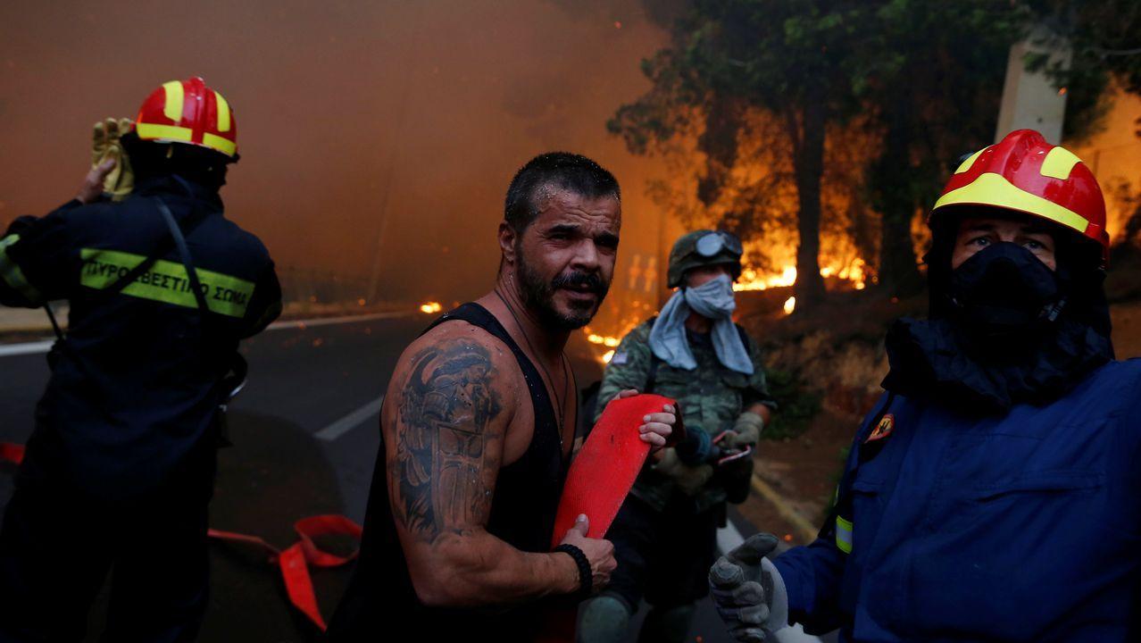 Las imágenes de los incendios en Grecia.Intenso trabajo de los bomberos por aplacar las llamas en la región de Kinetta