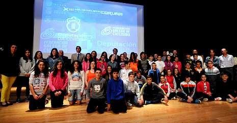 .El auditorio de Melide acogió ayer la presentación de la prueba con alumnos de secundaria.