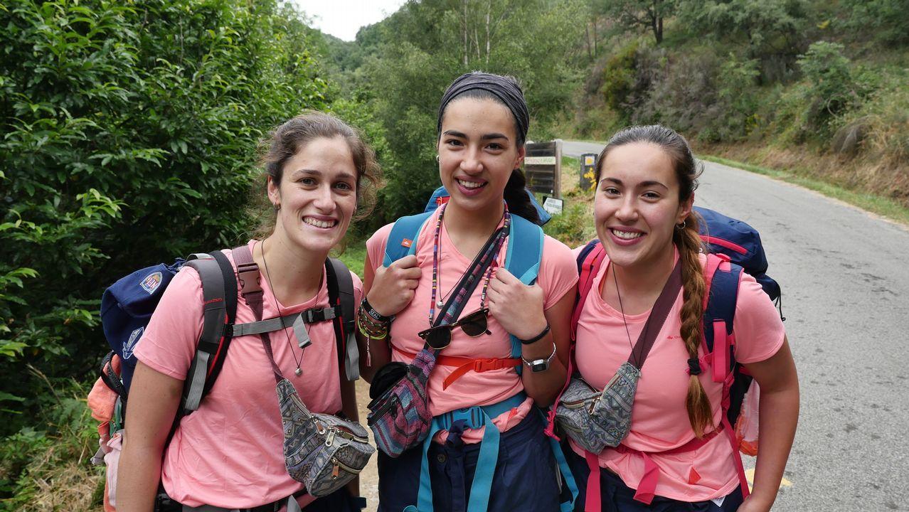 Tres amigas de Barcelona emprendiendo la subida a O Cebreiro