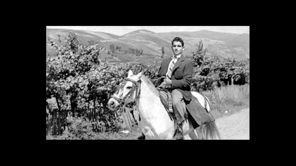 .Un xinete de camiño a unha festa, nunha imaxe tomada por Carlos Díaz Gallego en 1958