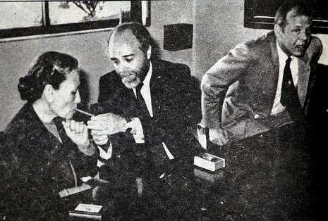 El exalcalde Soto enciende un puro a la alcaldesa de Narsaq, que no paró de fumar.