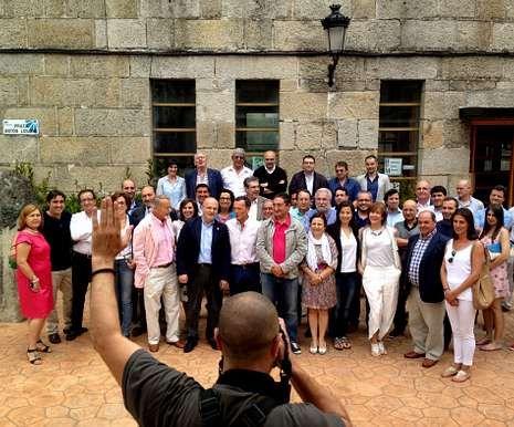 Cumbre de presidentes en Monte Pío.Los expresidentes y Feijoo -juntos en la foto, de diciembre pasado- iban a reunirse este mes.
