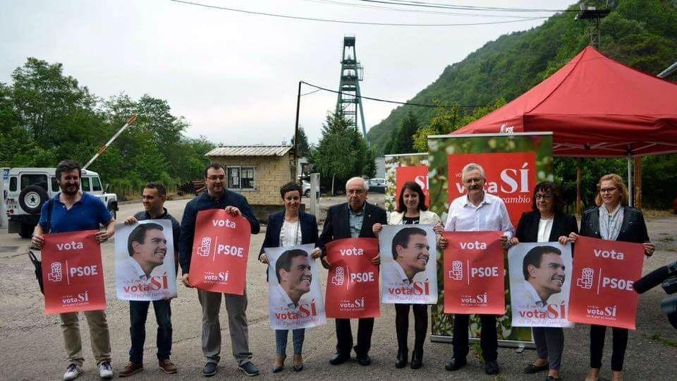 Cartel electoral del PSOE con los candidatos a las generales de 2016, ante el Pozo Carrio