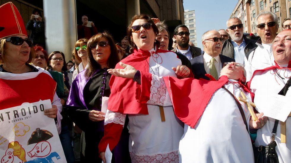 .José Manuel Sande entra a declarar en los juzgados de A Coruña por el cartel de carnaval. Acompañado por el el alcalde, concejales y las comparsas