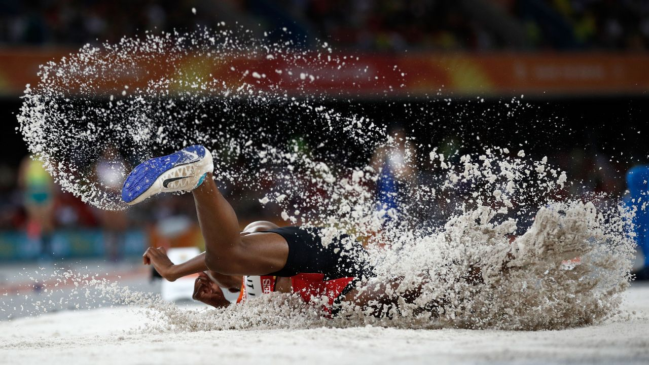 La saltadora de Nueva Guinea Rellie Kaputin, durante un salto en los Juegos de la Commonwealth que se disputan en Australia