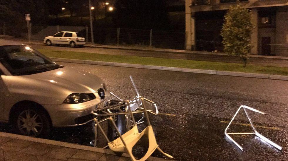 Destrozos en el mobiliario urbano por el temporal en Ourense, en la zona nueva de Barrocás