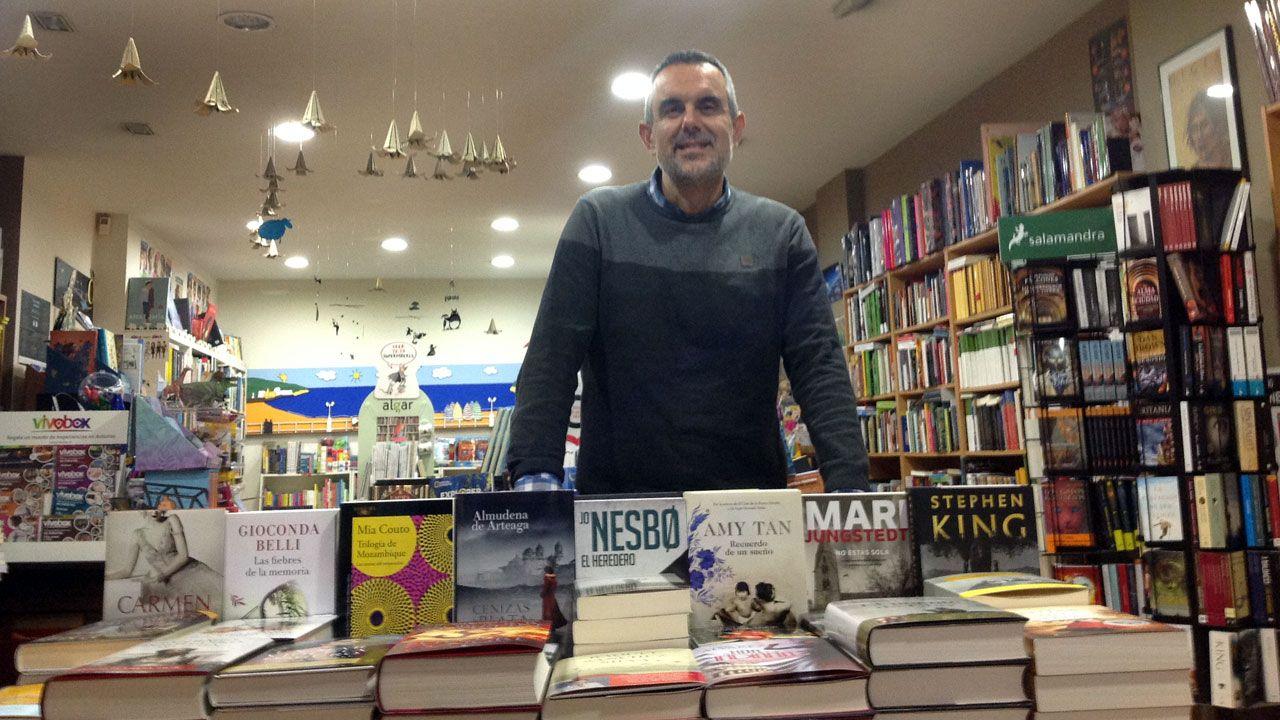 Rafa Testón, rodeado de libros en La Buena Letra