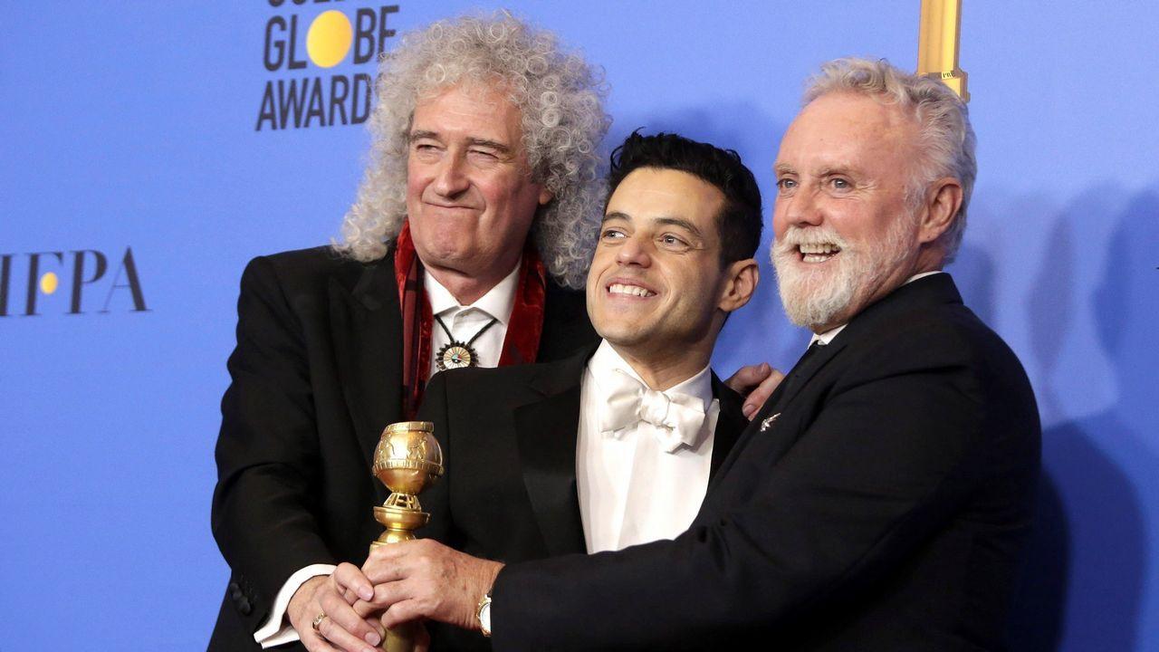 Los miembros de la banda musical Queen Brian May (i) y Roger Taylor (d) posan junto al actor estadounidense Rami Malek (c) durante la 76 edición de los Globos de Oro